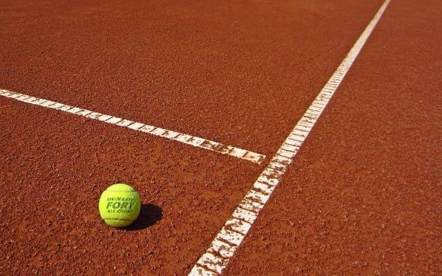 balle de tennis sur terrain
