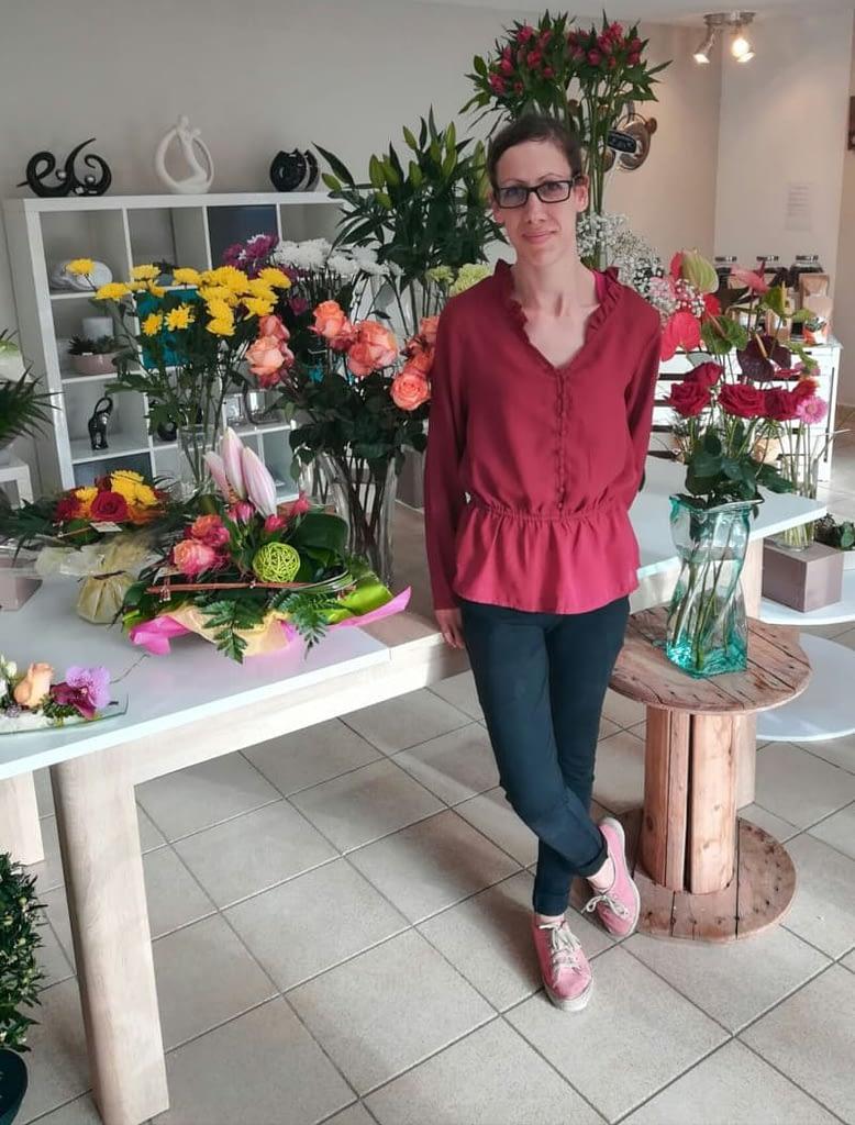 boutique de fleurs avec une fleuriste
