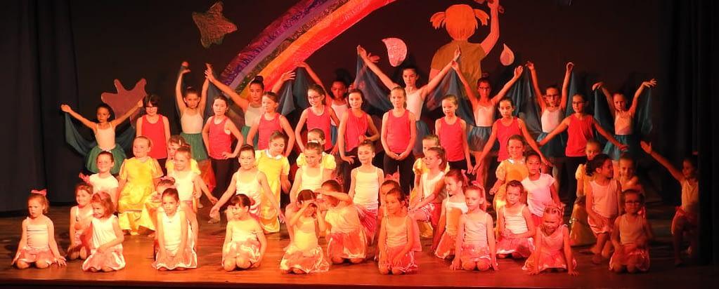 jeunes enfants en danses