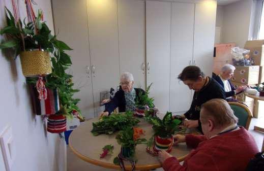 Création de bouquet de Noël par des résidents de l'ehpad de Caulnes