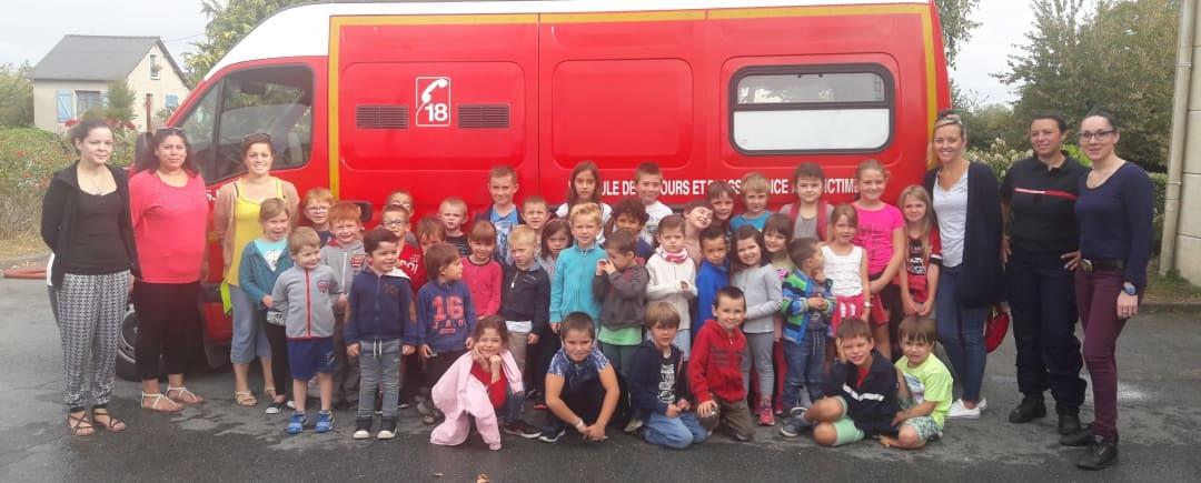 enfants devant camion de pompiers