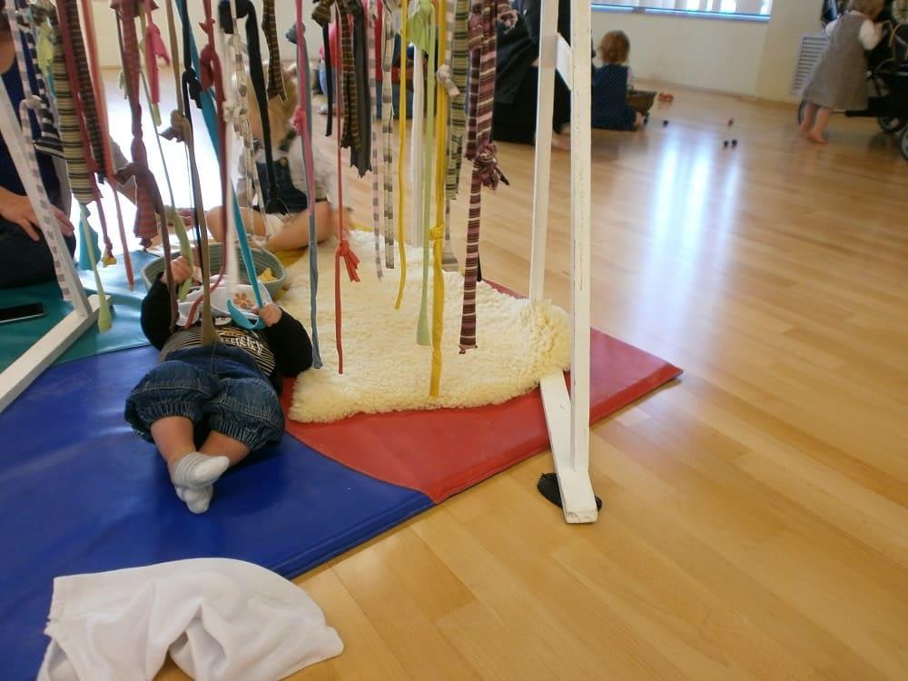 enfant sur tapis avec fil