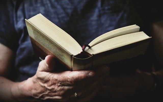 homme en train de lire